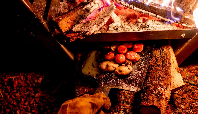 焚き火台 COOKING FIRE PITの下でオーブン調理