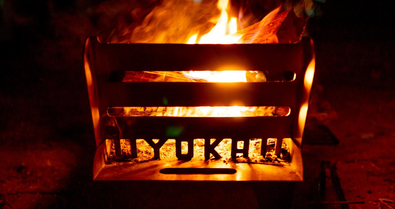 焚き火台 COOKING FIRE PITで焚き火。浮かび上がるロゴ