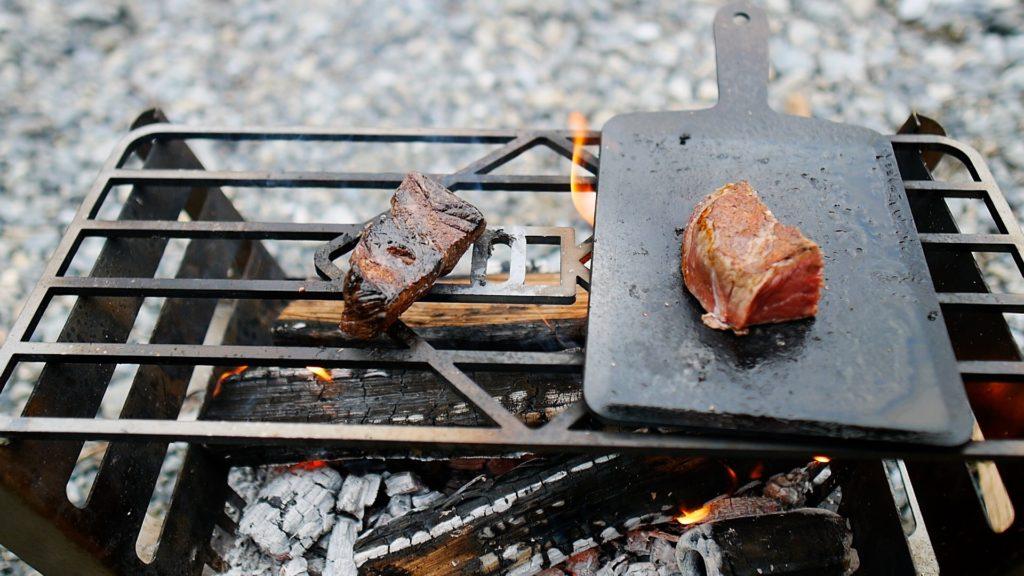 肉を焼き比べる