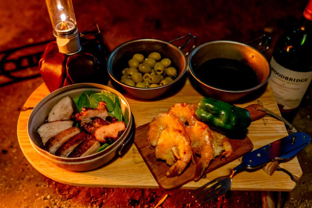 ミニテーブルTRIPOD TABLE SOLOに料理を盛り付け。