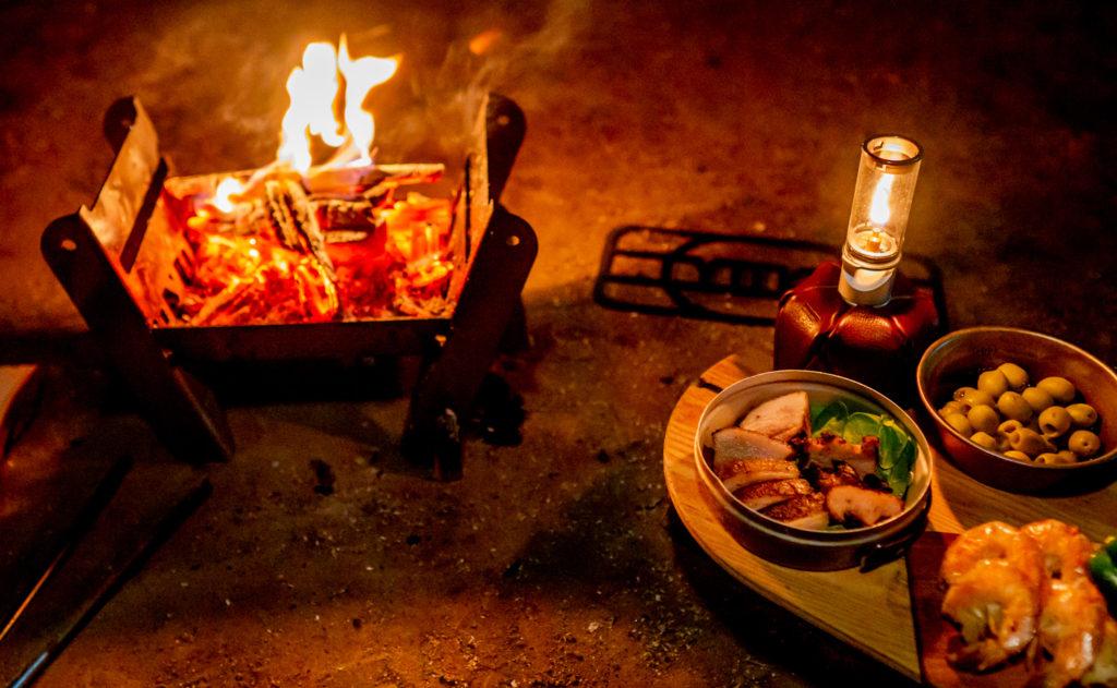 焚き火台 COOKING FIRE PITとミニテーブルTRIPOD TABLE SOLOでキャンプする様子。