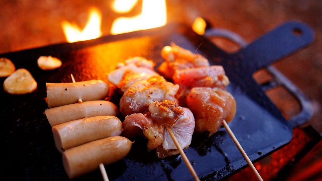 鉄板の上で鶏肉がいい感じで焼けているところ
