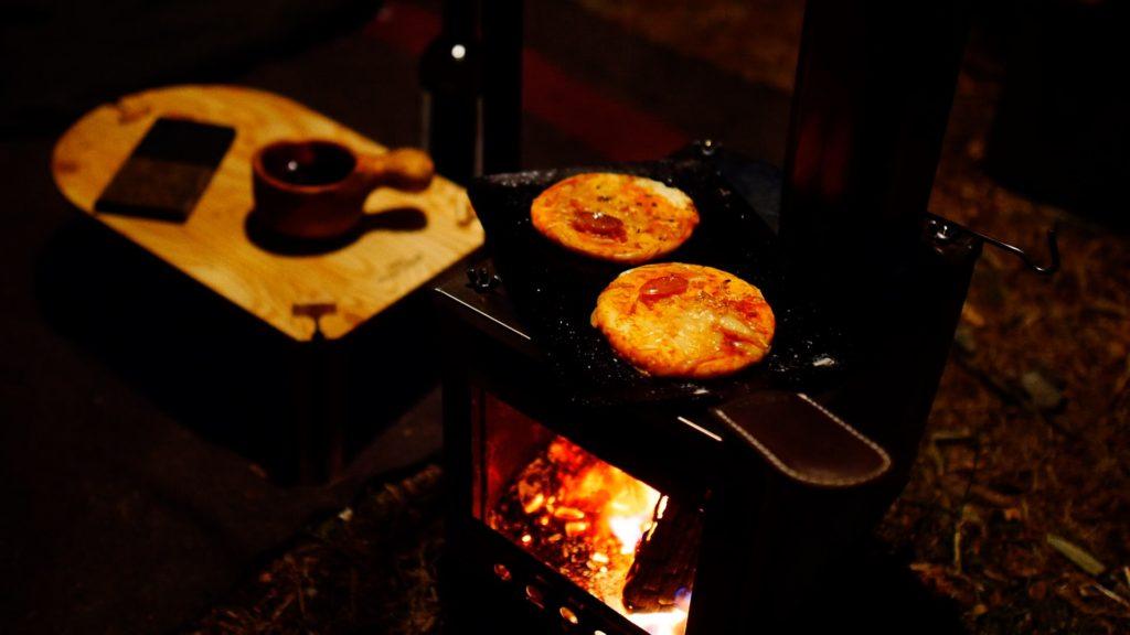薪ストーブの上でピザを調理