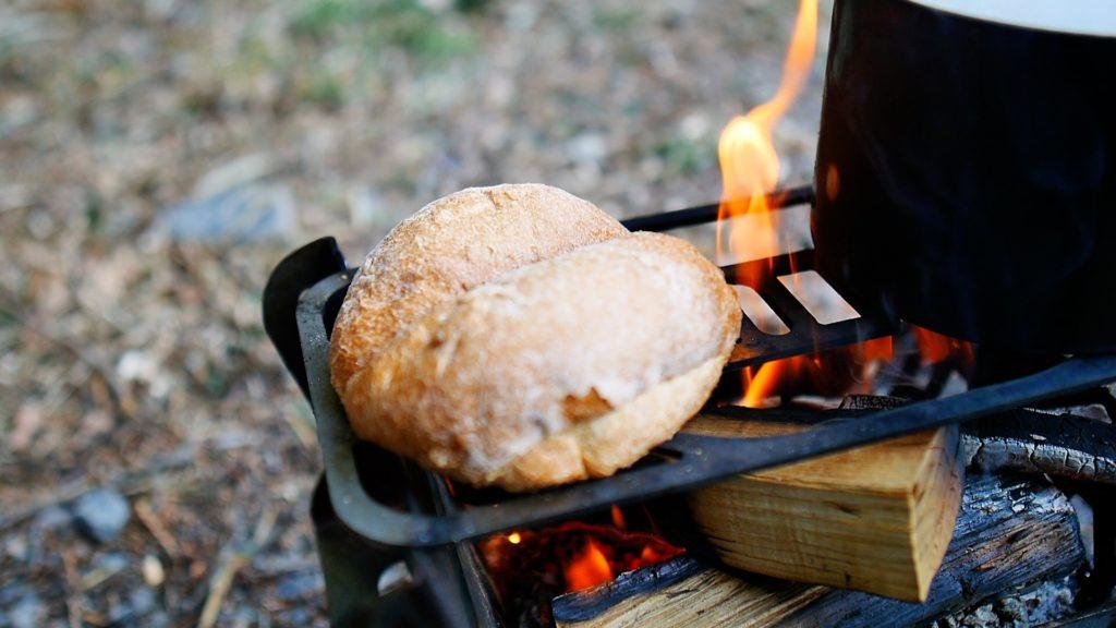 焚き火でパンを炙る
