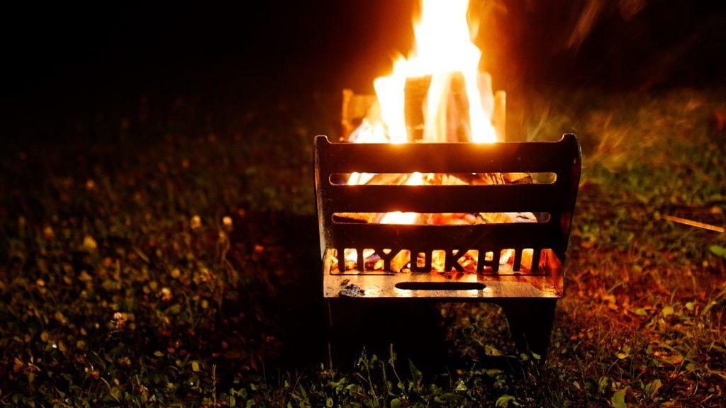 焚き火台で炎が上がる様子