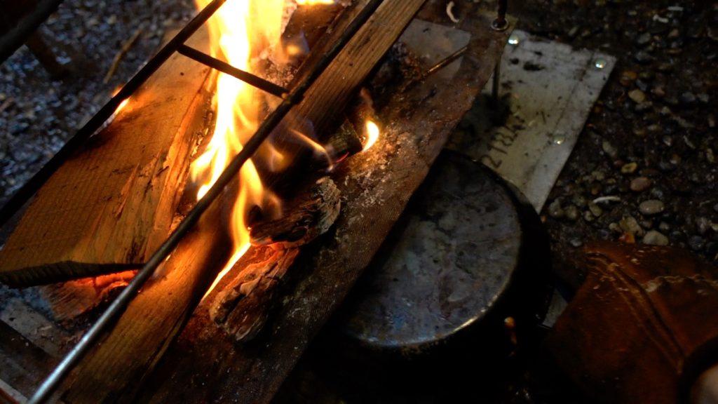 ダブルパンでフタをして、焚き火の下に仕込む